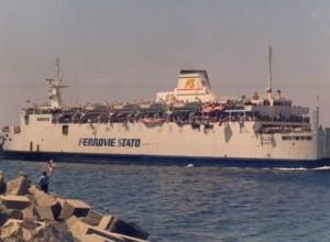 Nave stracolma di tifosi amaranto diretta a Sassari